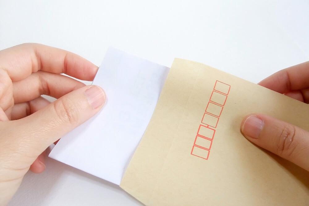 出力された書類を窓脇封筒に詰めるだけ